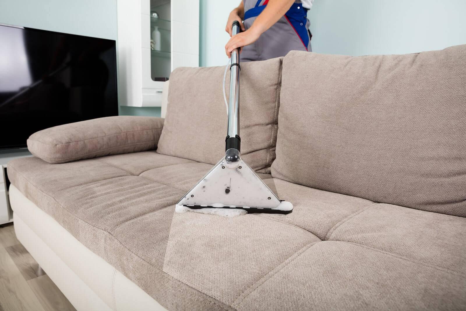 5 טיפים - איך לנקות את הספה ולהסיר כתמים